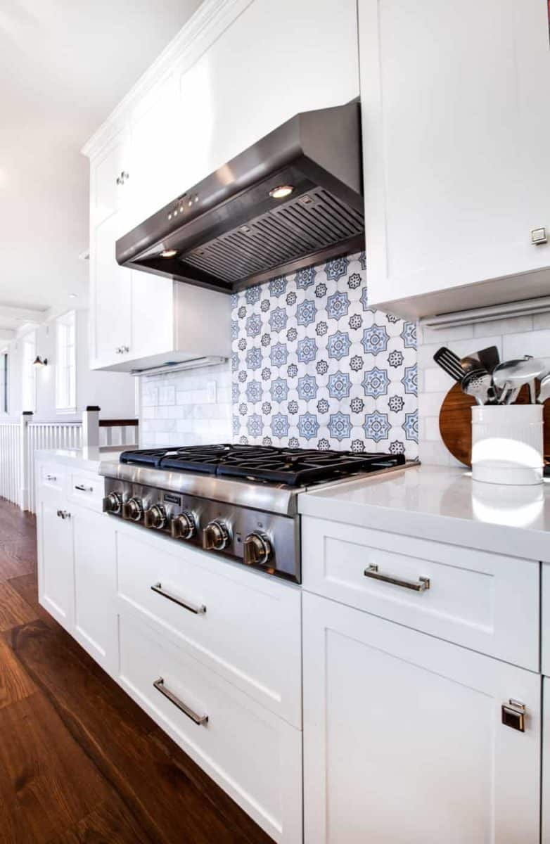 Chapman kitchen backsplash in blue on carrara