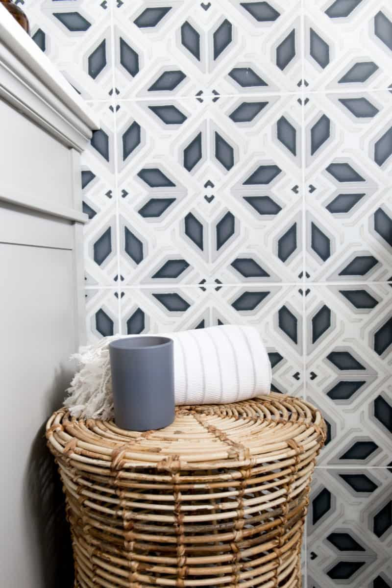 Avery Grande in Charcoal pattern on carrara