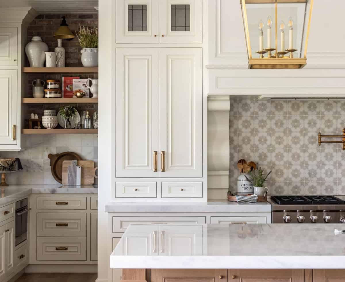 Modern farmhouse white kitchen with Dahlia on carrara in backsplash
