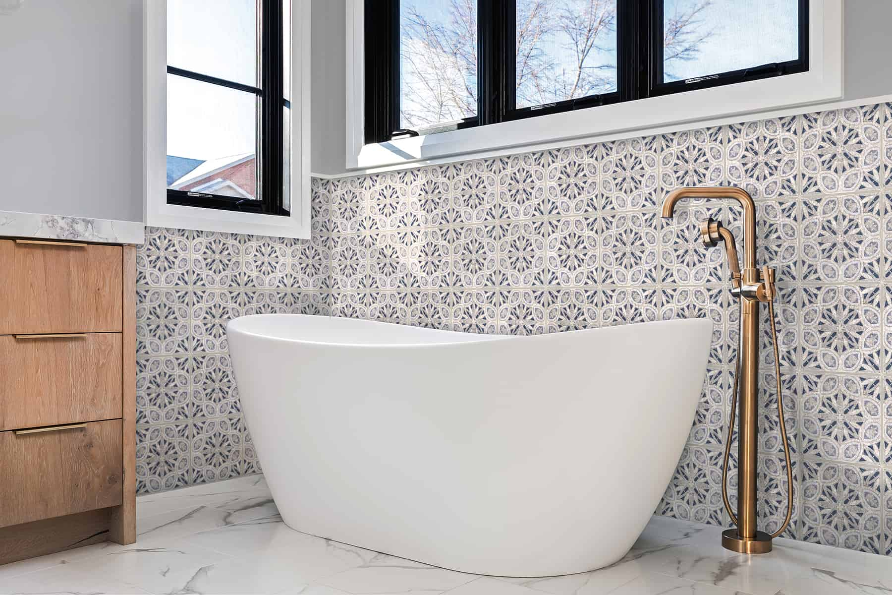 Solstice (Arctic) Perle Blanc Bathroom Wall